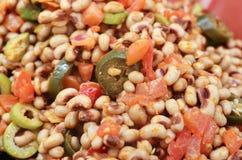 El caviar del vaquero hecho de negro observó las pimientas y los tomates del jalapeno de las aceitunas de los guisantes fotografía de archivo