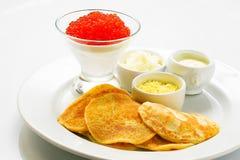 El caviar rojo con las crepes Fotos de archivo