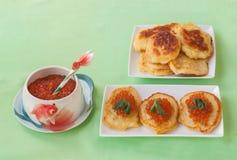 El caviar rojo y las crepes de patata gruesas en Shrovetide producen en masa Fotografía de archivo