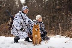El cazador con su hijo y su perro Foto de archivo libre de regalías