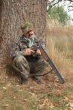 El cazador examina el arma Imagen de archivo libre de regalías