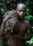 El cazador-pigmeo con una red. Fotos de archivo