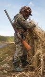 El cazador prepara un lugar para cazar foto de archivo libre de regalías