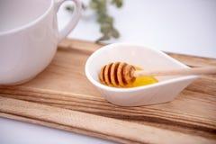El cazo de la miel y un blanco pueden imagen de archivo libre de regalías