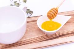 El cazo de la miel y un blanco pueden fotografía de archivo