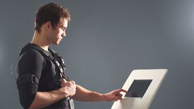 El ccsme, retrato del hombre hermoso cerca de la electro máquina del estímulo del músculo almacen de video