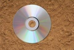 El CD está en la arena fotos de archivo