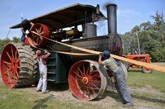 El ceñir encima de un motor de vapor viejo de Rumely Imágenes de archivo libres de regalías