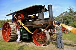 El ceñir encima de un motor de vapor viejo de Rumely Imagenes de archivo