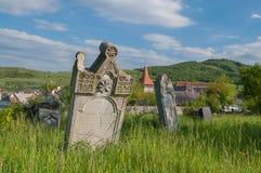 El cementerio alemán cerca del sajón fortificó la iglesia de Lechnitz, Transilvania Foto de archivo libre de regalías