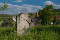 El cementerio alemán cerca del sajón fortificó la iglesia de Lechnitz, Transilvania Imagen de archivo libre de regalías