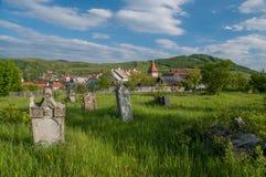 El cementerio alemán cerca del sajón fortificó la iglesia de Lechnitz, Transilvania Imagen de archivo