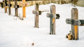 El cementerio debajo de la nieve en invierno en Suiza, enfoca adentro almacen de metraje de vídeo