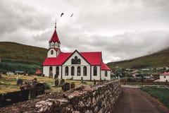 El cementerio en la iglesia en Sandavagur fotografía de archivo