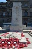 El cenotafio en George Square, Glasgow, Escocia, con la amapola enrruella Foto de archivo