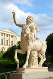 El centauro en el puente y el palacio en Pavlovsk parquean Imágenes de archivo libres de regalías