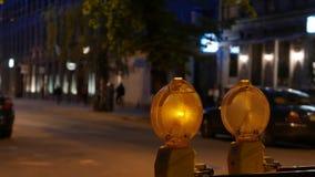 El centelleo firma adentro una ciudad de la noche Bajo construcción 4k UHD almacen de video