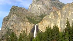 El centinela se cae las montañas del granito y bosque del árbol de pino en el valle de Yosemite almacen de video