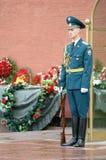 El centinela se coloca en la llama eterna moscú Rusia Fotos de archivo libres de regalías