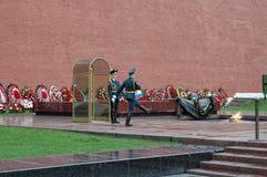 El centinela se coloca en la llama eterna moscú Rusia Fotos de archivo