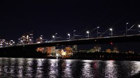 El centrarse en el puente de Moscú en Kiev en la noche metrajes
