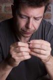 El centrarse masculino blanco en el anillo a disposición Imagen de archivo