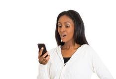 El centro alegre envejeció a la mujer emocionada por lo que ella ve en el teléfono celular fotografía de archivo libre de regalías