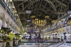 El centro comercial del verde del ` s de Stephen en Dublín adornó con festivo Imagen de archivo