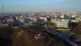 El centro cultural de la ciudad de Ufa Silueta del hombre de negocios Cowering metrajes