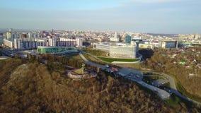 El centro cultural de la ciudad de Ufa Silueta del hombre de negocios Cowering almacen de metraje de vídeo