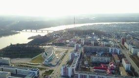 El centro cultural de la ciudad de Ufa Silueta del hombre de negocios Cowering almacen de video