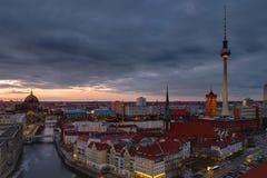 El centro de Berlín en el amanecer Fotos de archivo