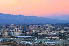 El centro de ciudad de Tucson en el crepúsculo Imagen de archivo libre de regalías