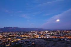 El centro de ciudad de Tucson en la noche Imagenes de archivo