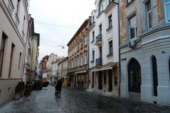 El centro de ciudad, gente camina, el camino de piedra viejo Calle en la ciudad de Lviv Ucrania 03 15 19 foto de archivo libre de regalías