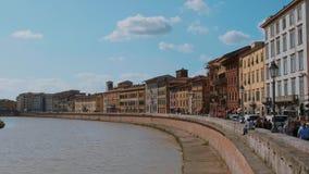 El centro de ciudad maravilloso de Pisa con el río Arno - PISA TOSCANA ITALIA - 13 de septiembre de 2017 almacen de video
