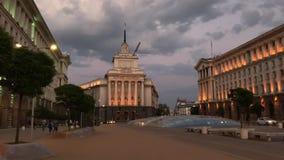 El centro de ciudad de Sofía en la noche, Bulgaria Edificios de la presidencia, del Consejo de Ministros y de la casa anterior de almacen de metraje de vídeo