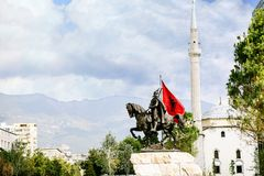 El centro de ciudad de Tirana y la arquitectura de Skanderbeg ajustan Fotos de archivo