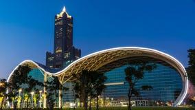 El centro de exposición de Gaoxiong en la noche, con el rascacielos de Tuntex detrás de él fotos de archivo libres de regalías