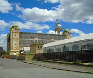 El centro de exposición de Praga, también conocido como el centro de exposición de Holesovice Foto de archivo