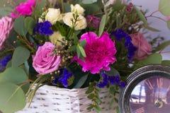 El centro de flores en una cesta adorna la tabla de la boda en pur Fotografía de archivo libre de regalías