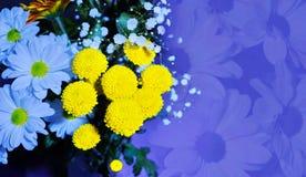 el centro de flores de las margaritas blancas y del amarillo florece vagos de oro imagenes de archivo