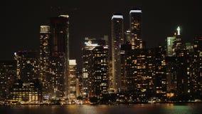El centro de la ciudad nocturno se refleja en el agua Toronto, Canadá almacen de metraje de vídeo