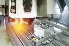 El centro de mecanización vertical del CNC de la hola-precisión Foto de archivo libre de regalías