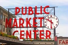 El centro del mercado público firma adentro el centro de la ciudad de Seattle Fotografía de archivo libre de regalías