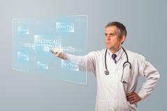 El centro envejeció al doctor que presionaba el tipo médico moderno de botón Fotografía de archivo