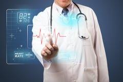 El centro envejeció al doctor que presionaba el tipo médico moderno de botón Imágenes de archivo libres de regalías