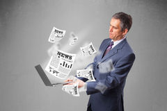 El centro envejeció al hombre de negocios que sostenía el cuaderno y que leía el explosi Imagen de archivo libre de regalías