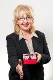 El centro envejeció a la empresaria, sonriendo con el presente en manos Fotografía de archivo