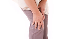El centro envejeció a la mujer que sufría del dolor de la rodilla, lesión común Imagenes de archivo